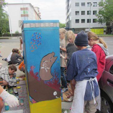 Künstlerische Aktion Kreuzberger Kids  –  Kästenbemalung mit Schülern & Andora!